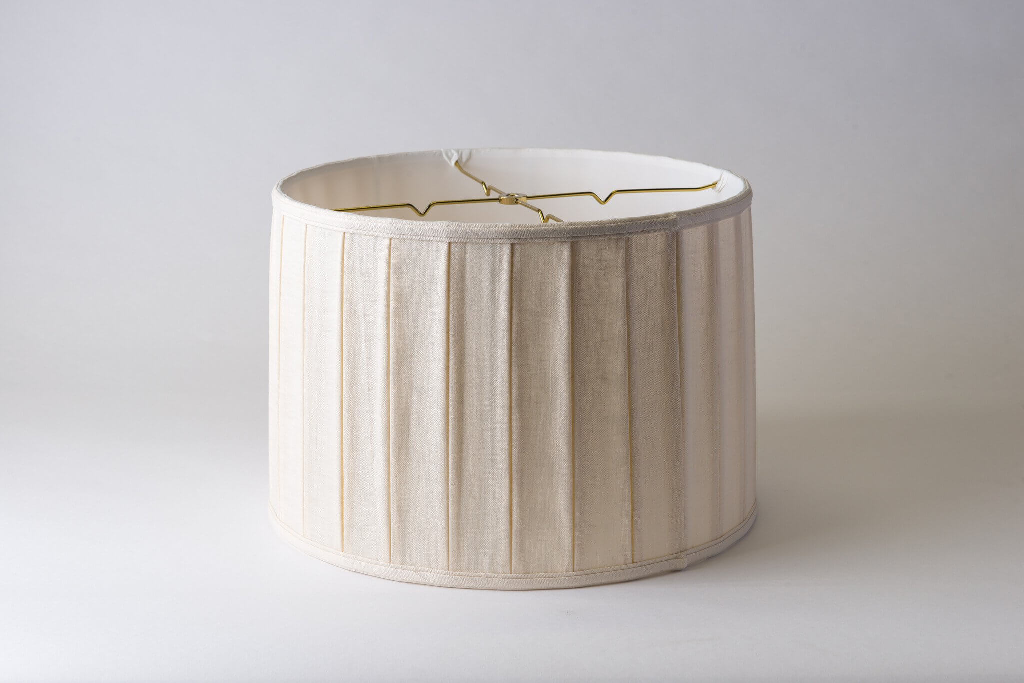 https://www.hotel-lamps.com/resources/assets/images/product_images/Linen_Wide_Box_Pleat_Drum_16x17x11.5_Eggshell.jpg
